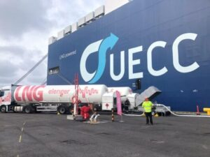 Elenger Marine bunkering UECC's dual fuel LNG vehicle carrier